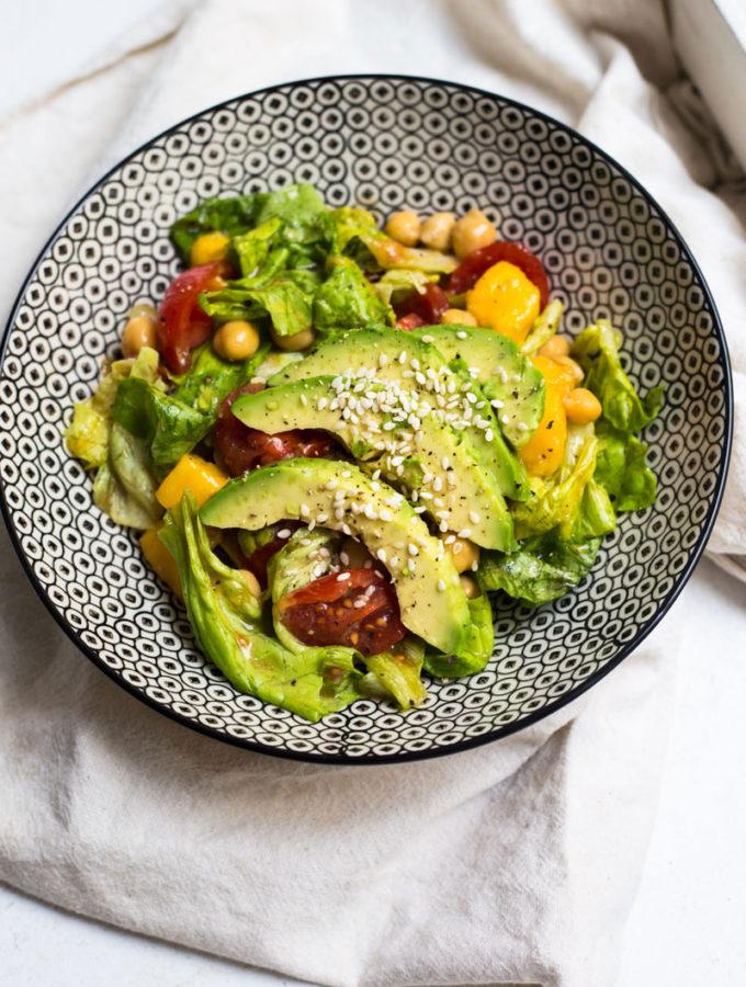 Salát s avokádem, mangem a cizrnou