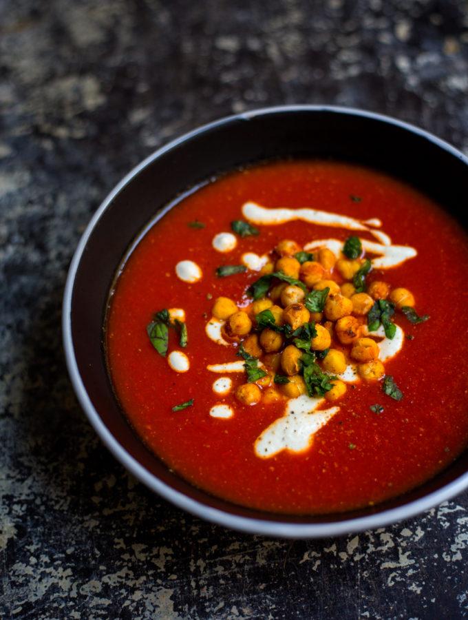 Polévka z pečených červených paprik a rajčat